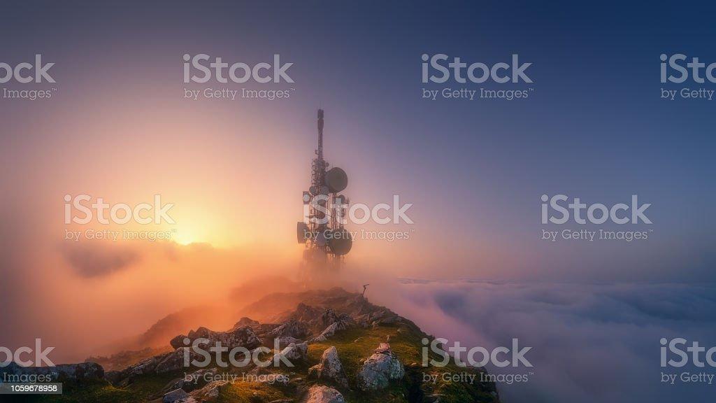 Torre de telecomunicaciones en la parte superior de la montaña de Oiz - foto de stock