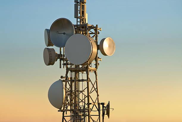 torre delle telecomunicazioni - ripetitore foto e immagini stock