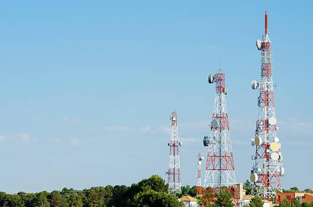 di telecomunicazioni towers - ripetitore foto e immagini stock