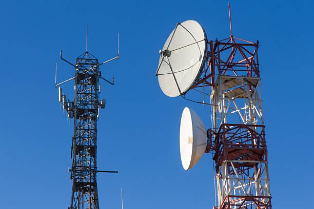 telecomunicazioni towers-torres de telecomunicaciones - emissione radio televisiva foto e immagini stock