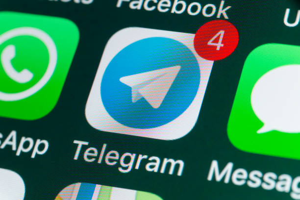 telegram, whatsapp, messages and other phone apps on iphone screen - big tech foto e immagini stock