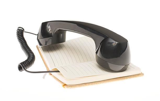 Aparelho de telefone deitado no notebook velho vintage com espaço para texto - foto de acervo