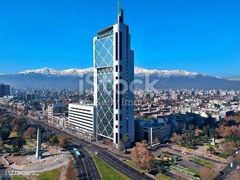 Con su particular diseño, que representa un teléfono móvil de los años 90, esta torre que se eleva a 143 metros de altura fue el edificio mas alto de la ciudad de Santiago entre los años 1996 y 1999.