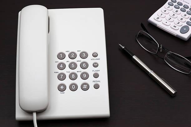 Telefon weiß auf einem Tisch – Foto