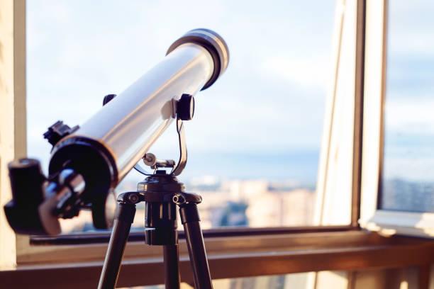 telescopio en el balcón, el telescopio sobre el trípode. - foto de stock