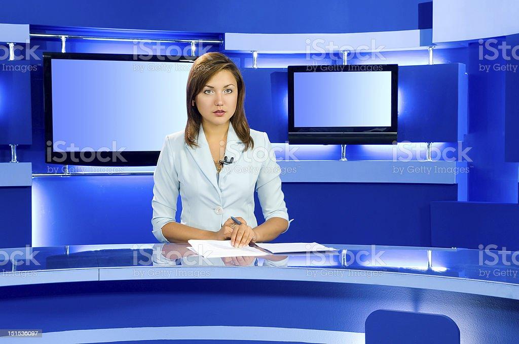 anchorwoman televisión en el televisor de la habitación tipo estudio - foto de stock