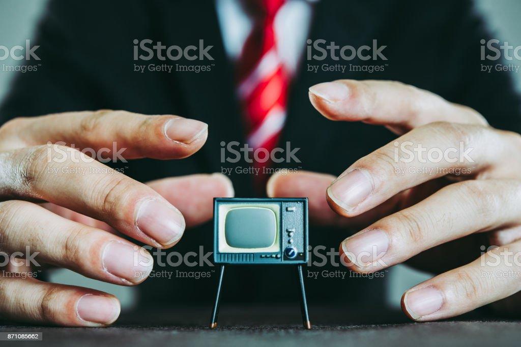 Televisión y hombre de negocios - foto de stock