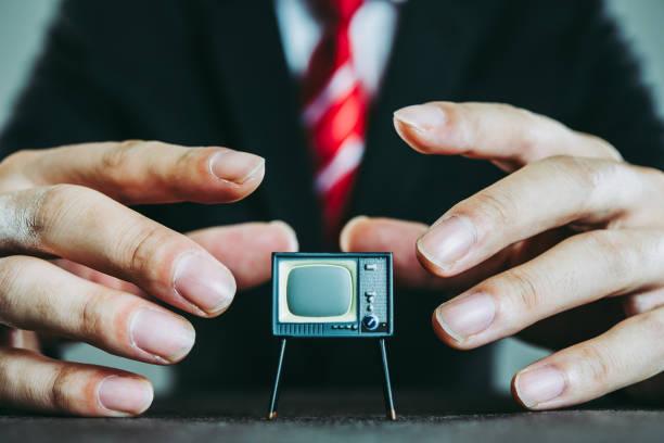 televisión y hombre de negocios - político fotografías e imágenes de stock
