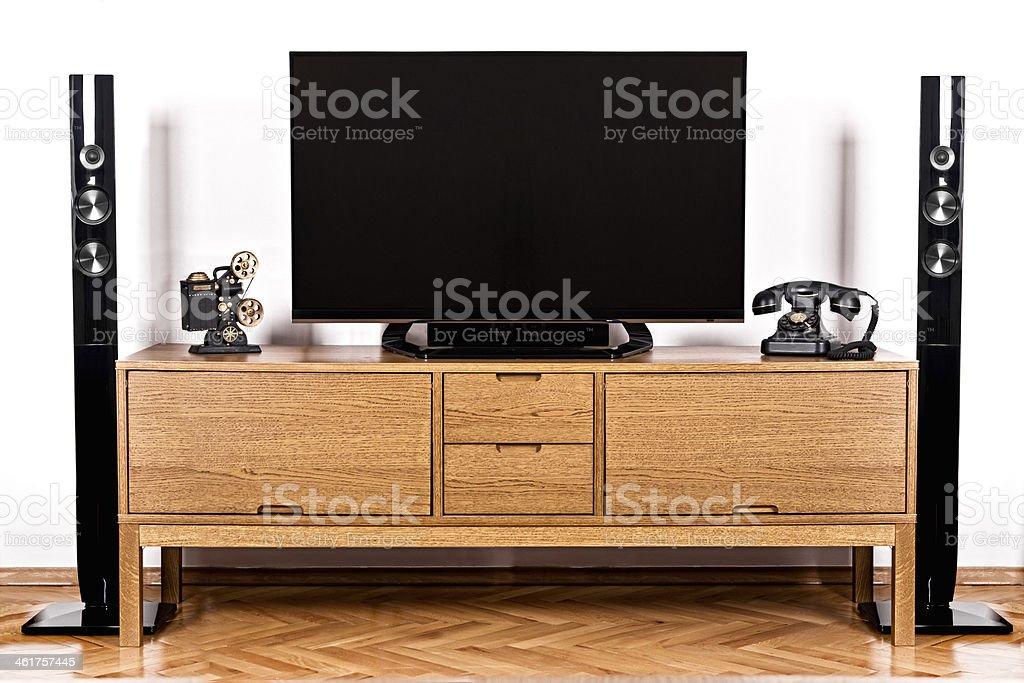 Televisor y teléfono con el sistema de sonido envolvente - foto de stock