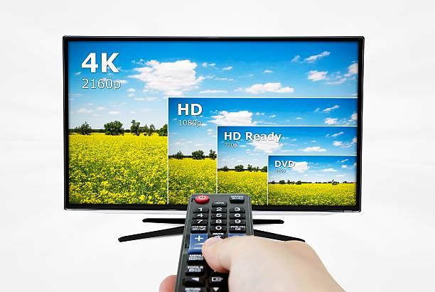 4 k-tv display mit vergleich von entschließungen. - 4k led tv stock-fotos und bilder
