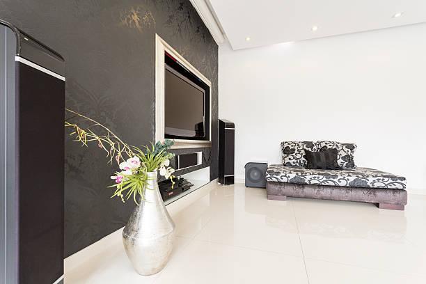 flachbildfernseher an der wand - moderner dekor für ferienhaus stock-fotos und bilder