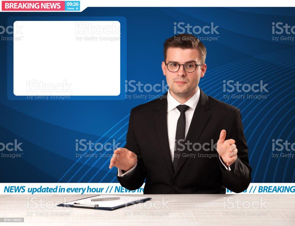 TV-Reporter erzählen Eilmeldungen an seinem Atelier Schreibtisch mit Textfreiraum – Foto