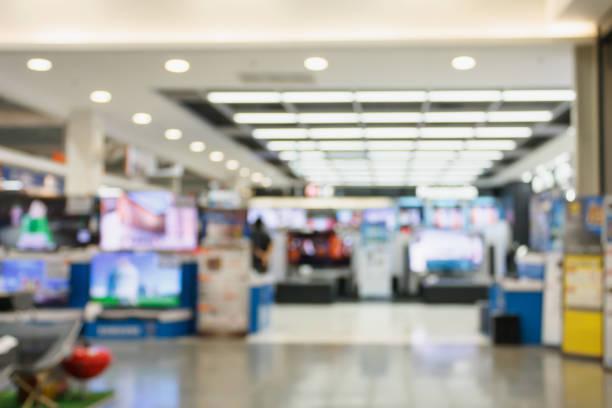 tv smart tv 4k ultra hd display på hyllor i eletronic varuhuset oskärpa bakgrund - dagligvaruhandel, hylla, bakgrund, blurred bildbanksfoton och bilder