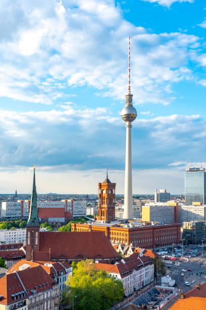 fernsehturm und rotes rathaus am alexanderplatz, berlin, deutschland - nikolaiviertel stock-fotos und bilder