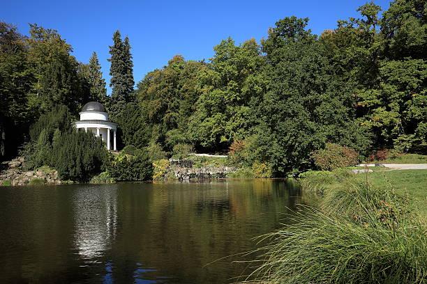 temple im bergpark wilhelmshöhe - die brüder grimm stock-fotos und bilder