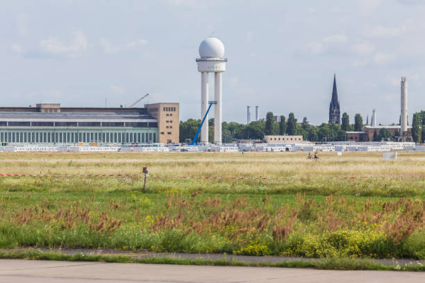 tempelhofer feld alten flughafen berlin deutschland - berlin tempelhof stock-fotos und bilder