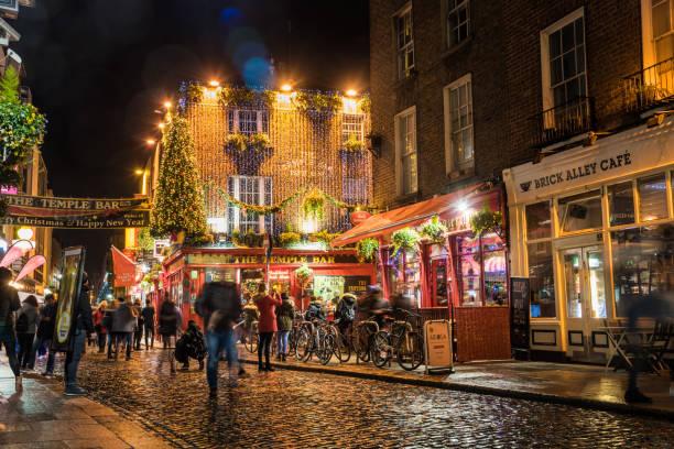 Temple Bar Pub für Weihnachten in Dublin in der Nacht dekoriert – Foto