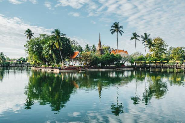 templo no meio do lago pequeno - sukhothai - fotografias e filmes do acervo