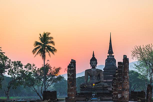 templo durante o pôr do sol em sukhothai, tailândia. - sukhothai - fotografias e filmes do acervo