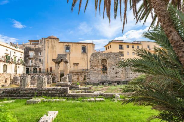 tempel des apollo. einer der wichtigsten antiken griechischen monumente auf ortygia, vor der piazza pancali in syrakus, sizilien, italien. - ortygia stock-fotos und bilder