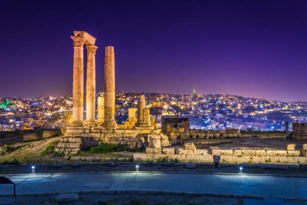 temple d'hercule à la citadelle d'amman à amman, jordanie. - jordan photos et images de collection