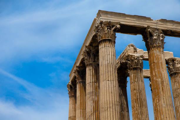 Templo de Zeus Olímpico y la Acrópolis en Atenas, Grecia - foto de stock