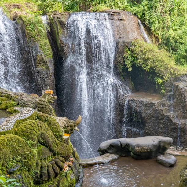 Tempel mit Altar am Beji Giriya Wasserfall in Badung, Bali – Foto