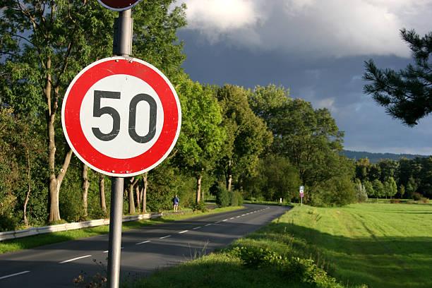 Tempo 50 Street Party (Geschwindigkeitsbeschränkung) und Straße – Foto