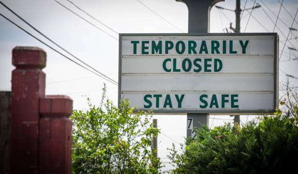 """""""tijdelijk gesloten, blijf veilig"""" teken - dicht stockfoto's en -beelden"""