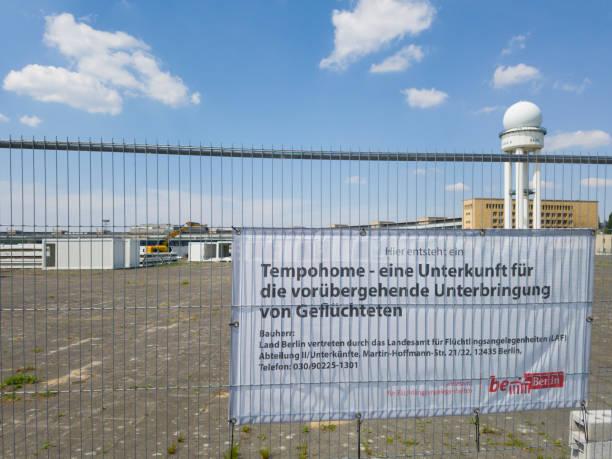 temporäre flüchtlingslager am flughafen tempelhof, berlin - berlin tempelhof stock-fotos und bilder