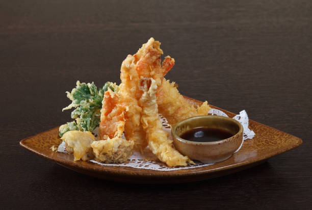 海老の天ぷら(揚げた海老)、醤油ます。 - 日本食 ストックフォトと画像