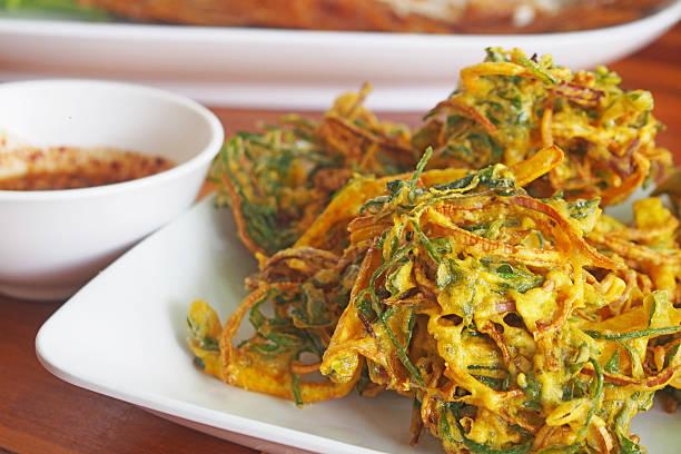 tempura produtos hortícolas na chapa branca - tempura imagens e fotografias de stock