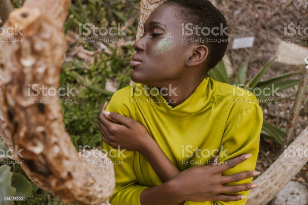 tierna mujer afroamericana con ojos cerrados y brillo maquillaje - Foto de stock de A la moda libre de derechos