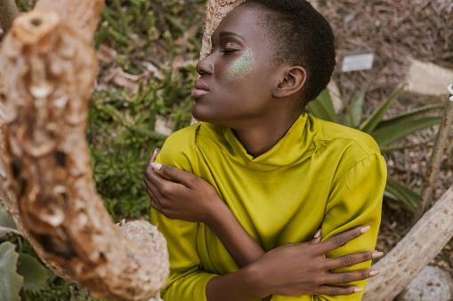 Tierna Mujer Afroamericana Con Ojos Cerrados Y Brillo Maquillaje Foto de stock y más banco de imágenes de A la moda