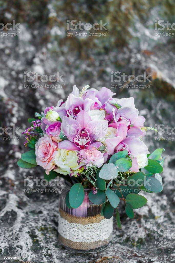 Photo Libre De Droit De Tendre Bouquet De Mariee Avec Des Orchidees Roses Et Des Roses Blanches En Pot De Verre Decorations Et Arrangement De Mariage