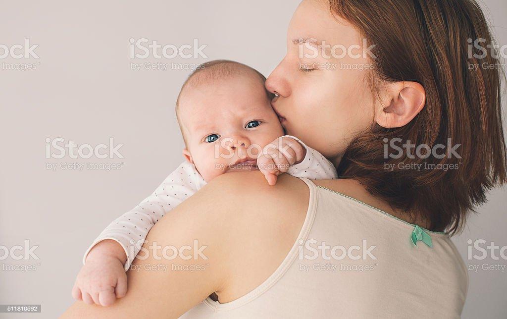 Tierno Madre y bebé lindo en su casa - foto de stock