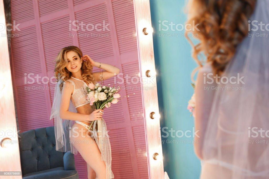 df1e25e06 Concurso noiva sexy em lingerie e véu olhando para o espelho. Preparar de  manhã no