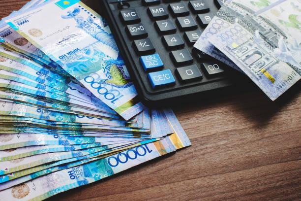 Tenge. Kasachische Papiergeld und Rechner auf der Tabelle Nahaufnahme.