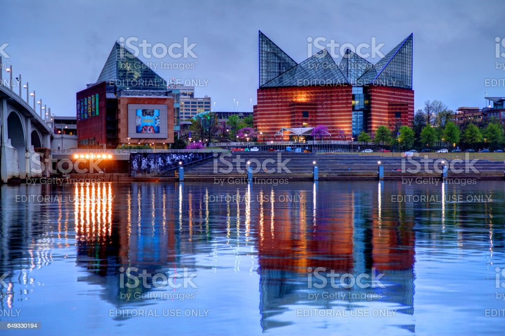 Tennessee Aquarium Chattanooga, Tennessee , USA - March 24, 2016: Evening view of the Tennessee Aquarium reflecting on banks of the Tennessee River in downtown Chattanooga Aquarium Stock Photo