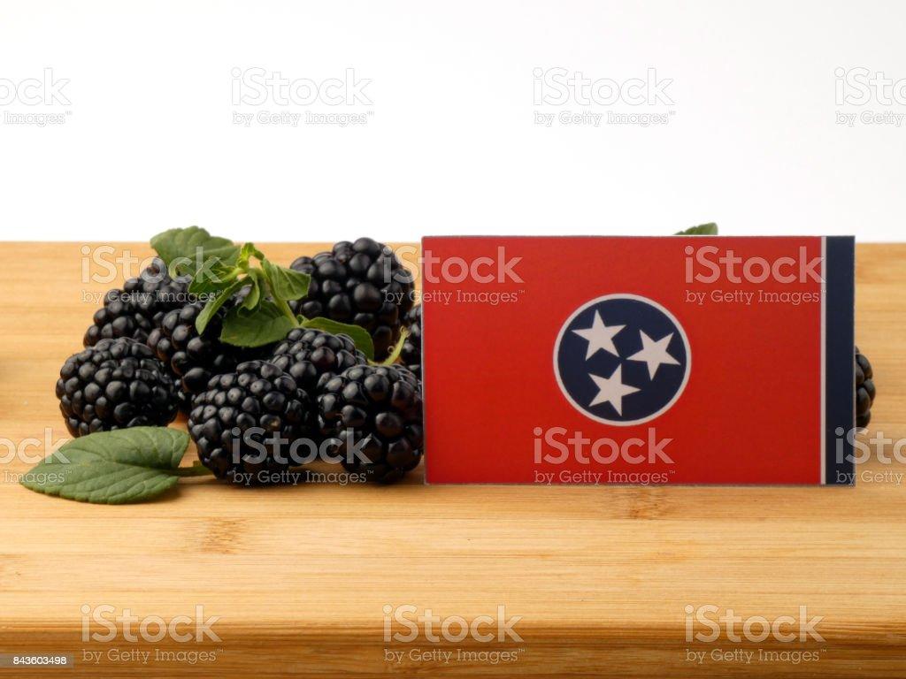 Bandeira de Tennessee em um painel de madeira com amoras isolado em um fundo branco - foto de acervo