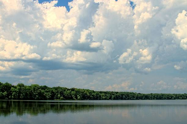 Tennessee River View of the Tennessee river on an overcast day. tennessee river stock pictures, royalty-free photos & images