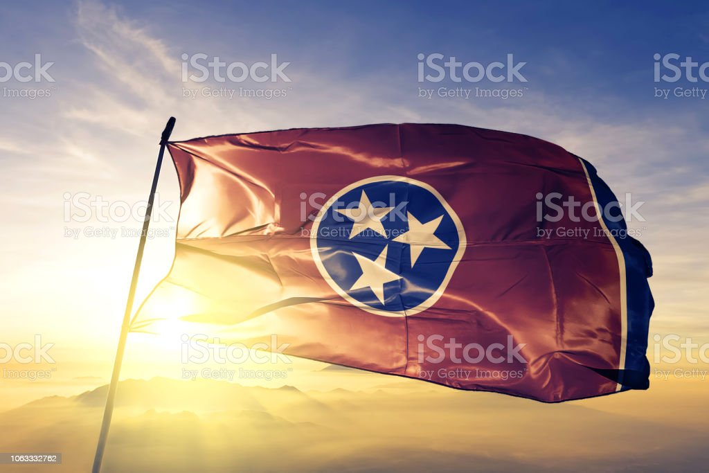 Tennessee estado dos Estados Unidos bandeira pano tecido têxtil acenando do nevoeiro de névoa superior ao nascer do sol - foto de acervo
