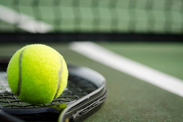 pelota de tenis y raqueta en la cancha horizontal - tenis fotografías e imágenes de stock