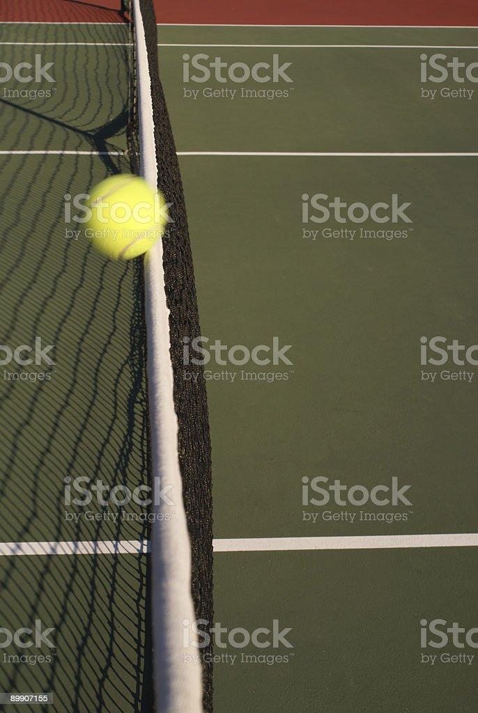 Теннисный мяч Ударяя сеть Стоковые фото Стоковая фотография