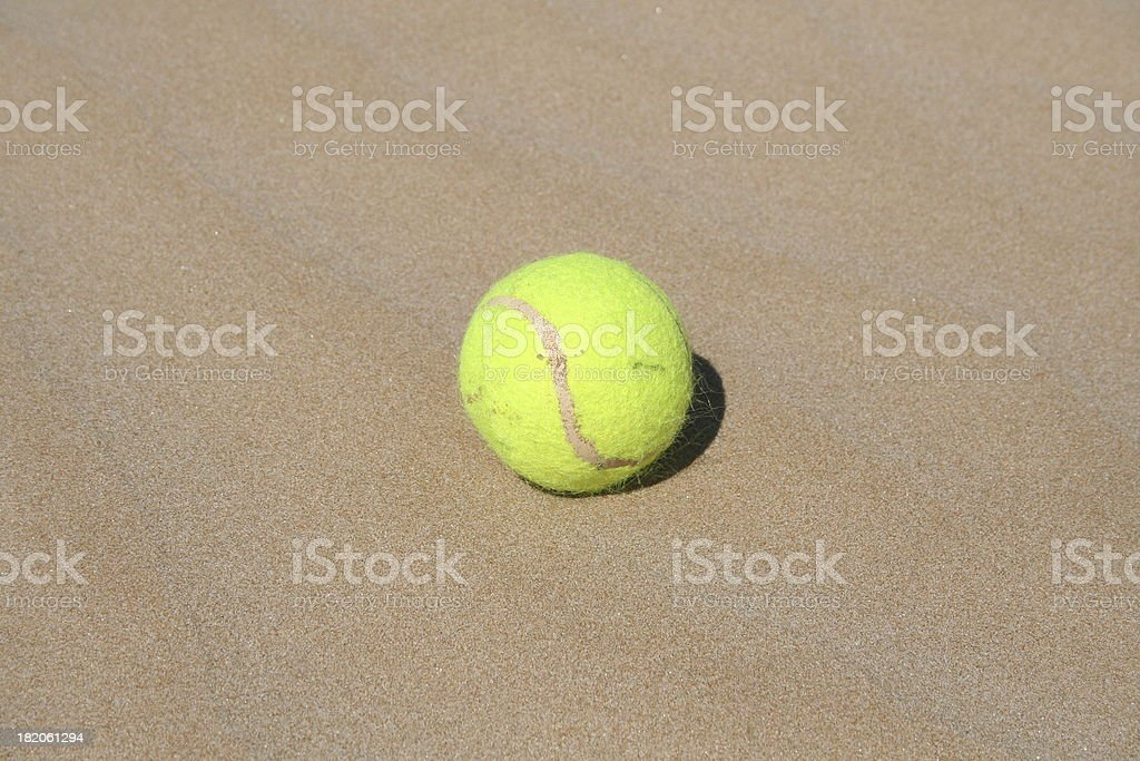 Palla da tennis in spiaggia - foto stock