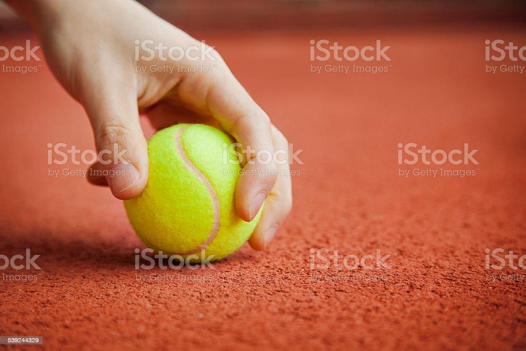 Bola de tenis en la mano foto de stock libre de derechos