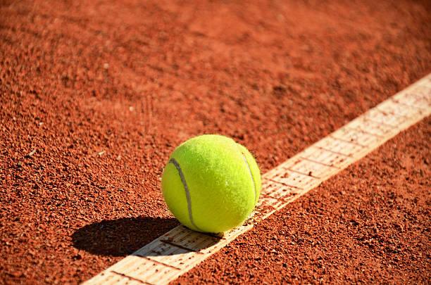 Tennisball auf dem markup diagonal quer – Foto