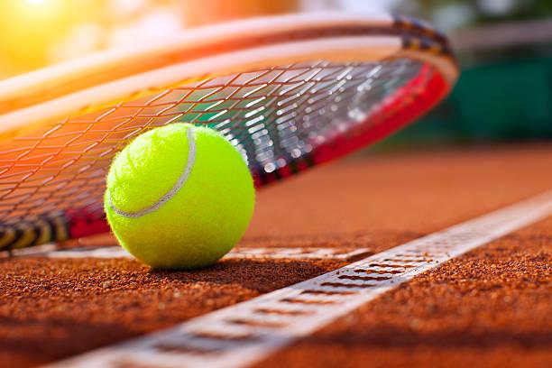 . bola de tenis en la cancha de tenis - tenis fotografías e imágenes de stock