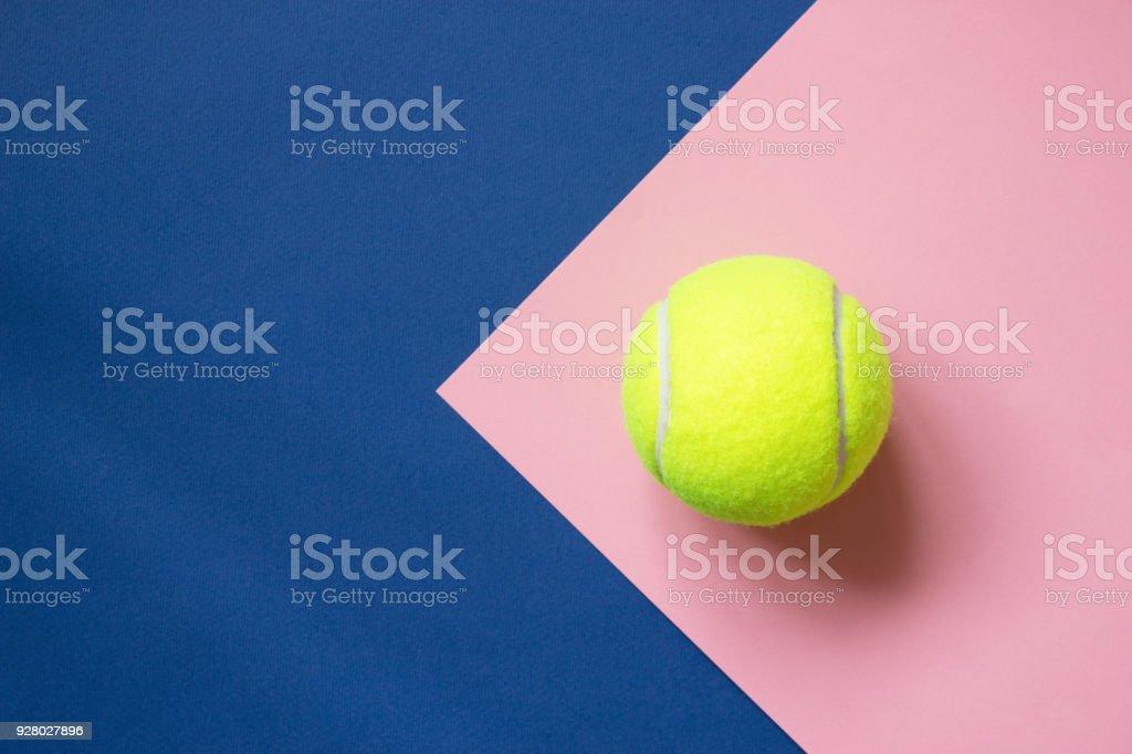 Pelota de tenis en el fondo de papel azul y rosa. Deporte concepto. Copia espacio - foto de stock
