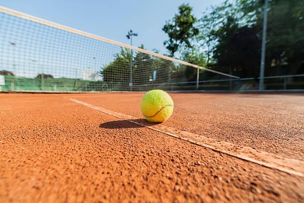 tennis ball auf Sandplatz – Foto